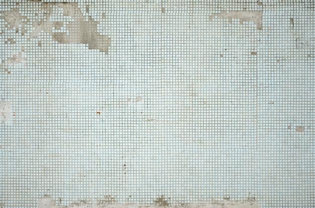 A textura da parede velha, decorada com um monte de pequenos azulejos quadrados