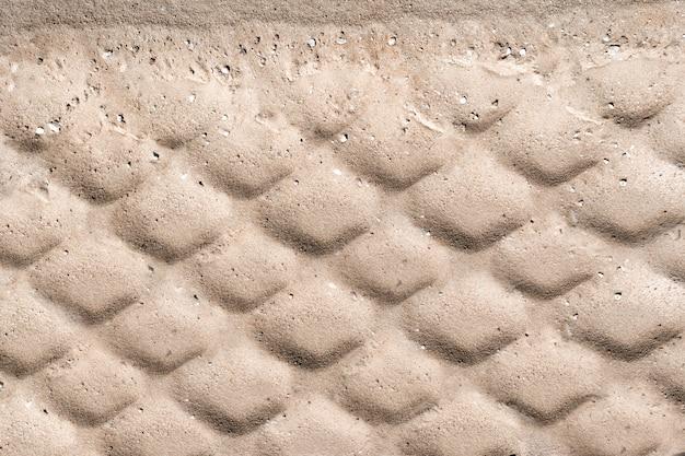 A textura da roda pisa no fundo da areia.