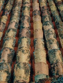A textura da telha laranja no telhado