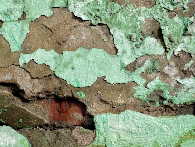 A textura da tinta verde rachada.