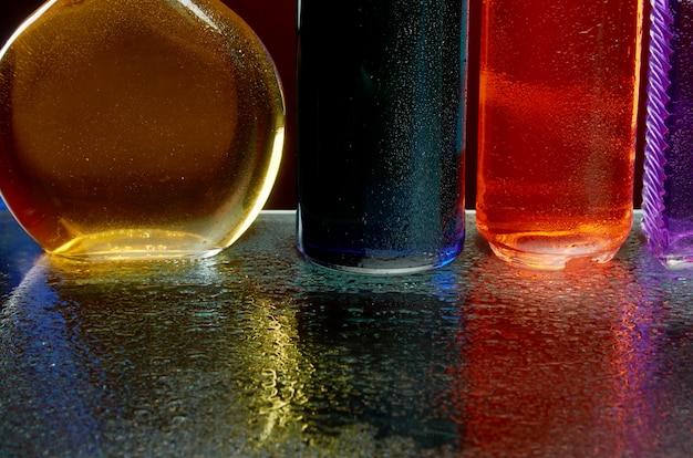 A textura das bebidas alcoólicas pelo copo em um spray de água