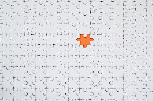 A textura de um quebra-cabeça branco em um estado montado