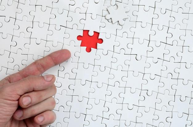A textura de um quebra-cabeça branco no estado montado com um elemento ausente