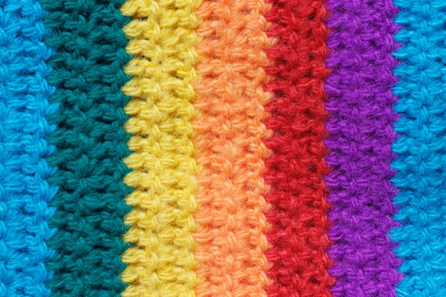 A textura do tecido é tricotada a partir de fios multicoloridos.