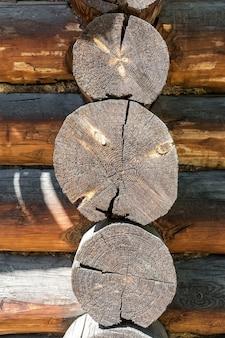 A textura e o padrão da extremidade das toras de madeira usadas para a construção de uma casa de aldeia