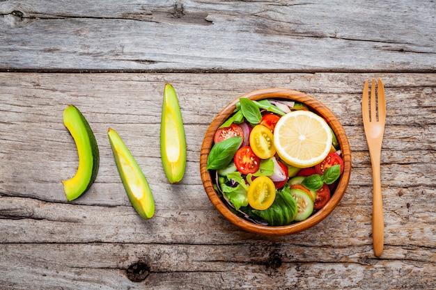 A tigela de salada de vegan saudável.