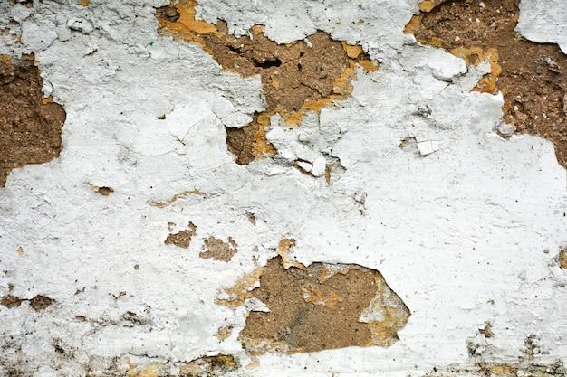 A tinta branca velha textura é lascar e rachada na parede