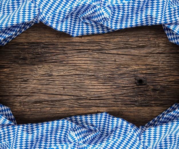 A toalha de mesa xadrez azul típica do festival da cerveja de munique na oktoberfest alemã