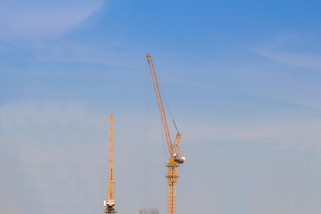A, torre, crain, para, construção, predios, em, céu azul, fundo