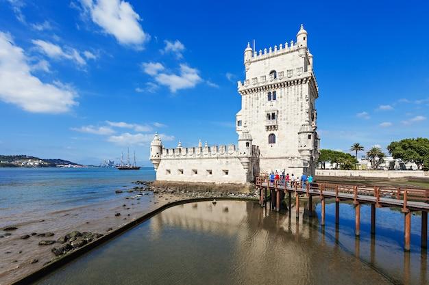 A torre de belém é uma torre fortificada localizada na freguesia de santa maria de belém, em lisboa, portugal