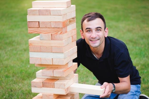 A torre de blocos de madeira. jogo em grupo de habilidade física com grandes blocos