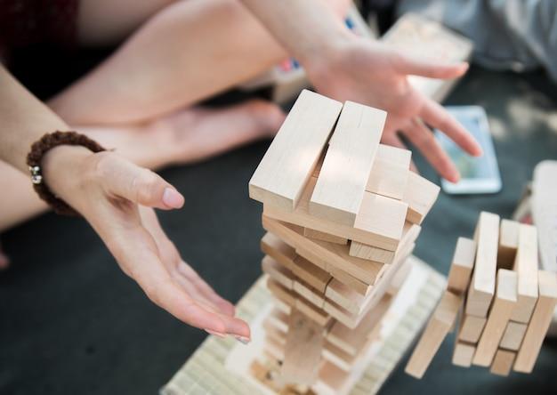 A torre de blocos de madeira