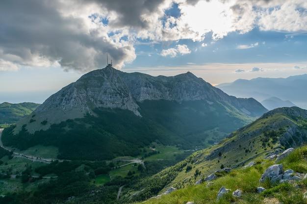 A torre de comunicação móvel está localizada em uma alta montanha.