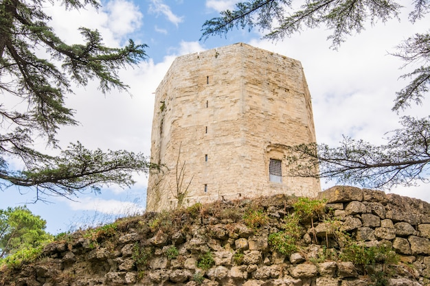 A torre de frederico ii no centro da cidade histórica de enna, na sicília