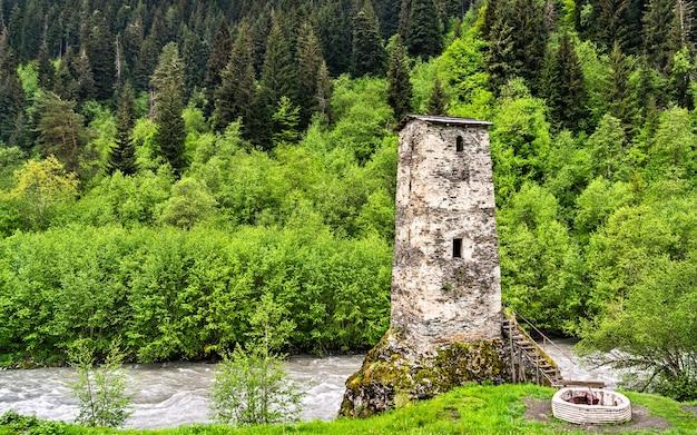 A torre do amor na aldeia de bogreshi samegrelozemo svaneti, região da geórgia