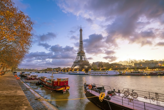 A torre eiffel e o rio sena ao entardecer em paris, frança.