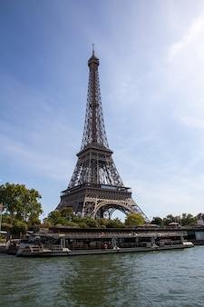 A torre eiffel é uma torre de ferro forjado no champ de mars em paris, frança
