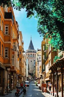 A torre galata à distância no bairro karakoy de istambul, na turquia.