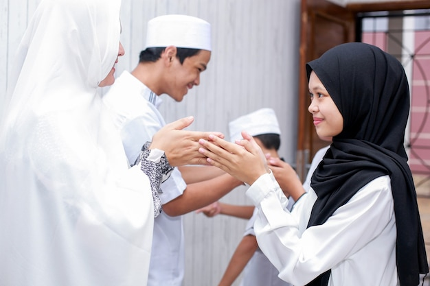 A tradição muçulmana aperta a mão para perdoar uns aos outros durante a celebração do eid mubarak