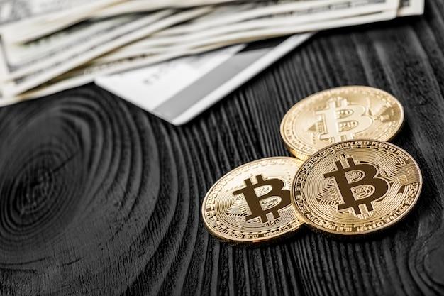 A transferência do dólar da carteira para bitcoin no smartphone. blockchain.
