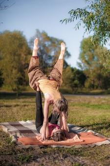 A treinadora de massagem aplica suas habilidades de massagem em seu cliente na floresta.