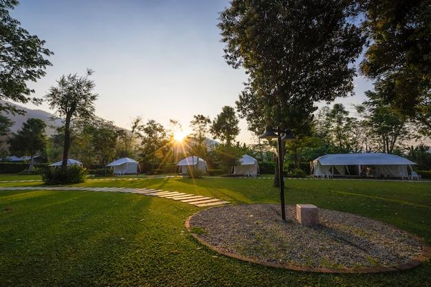 A trilha em gramados verdes e tenda no jardim