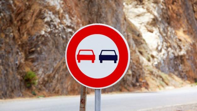 A ultrapassagem do sinal de trânsito é proibida na estrada marroquina. sinal de trânsito sem passagem