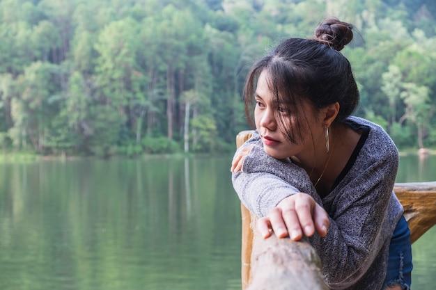 A única garota com pensamentos solitários e tristes