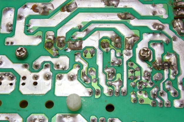 A unidade de energia do computador em um tipo aberto, com detalhes e fios elétricos