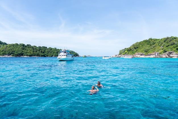 A unidade de turismo na praia phang nga tailândia conceito de aventura de viagem