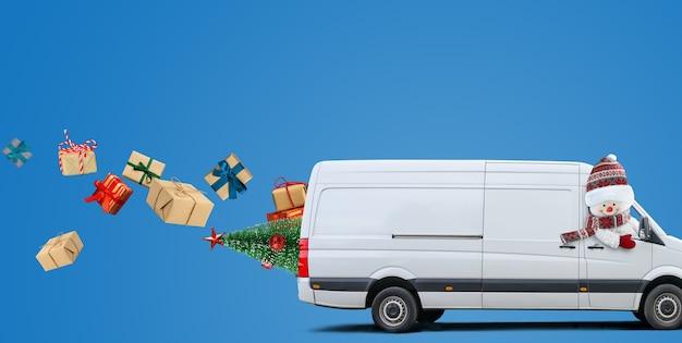 A van de entrega branca dirigida por um boneco de neve carrega pacotes e presentes de natal em fundo azul. espaço para texto