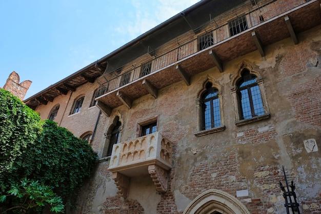 A varanda romântica de roma e julieta em verona, itália shakespeare