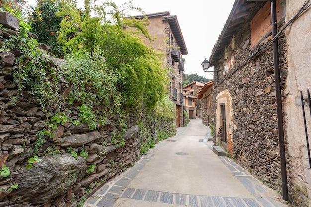 A vegetação das casas dos pomares invade as ruas