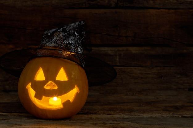 A vela dentro do jack-o-lantern.