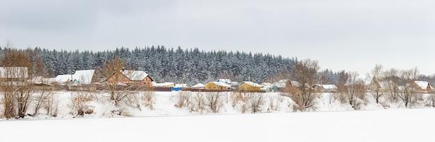 A velha aldeia nas margens do rio don. paisagem de inverno