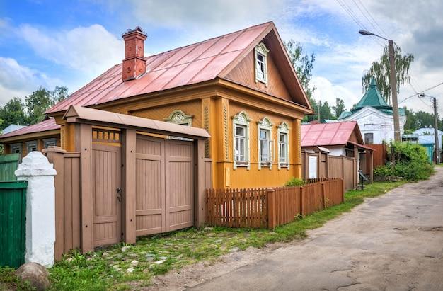 A velha casa de madeira dos maklashins na rua nikolskaya em plyos em um dia ensolarado de verão. inscrição: casa de maklashins