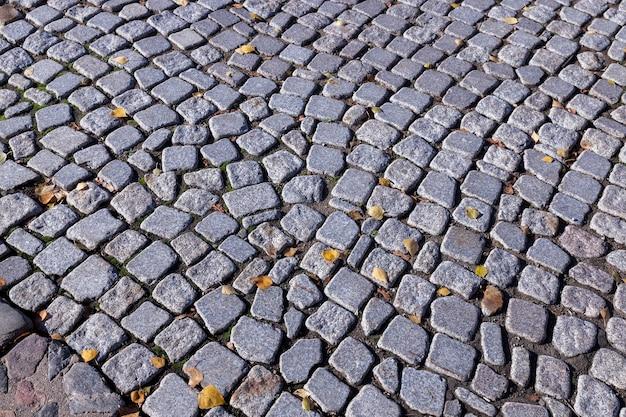 A velha estrada, feita de pedras e pedregulhos, fotografada de perto