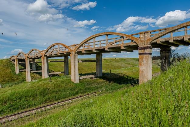 A velha ponte de concreto em scotsguard, sk com trilhos por baixo