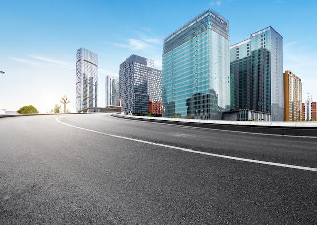 A via expressa e a skyline moderna da cidade estão em chengdu, china.
