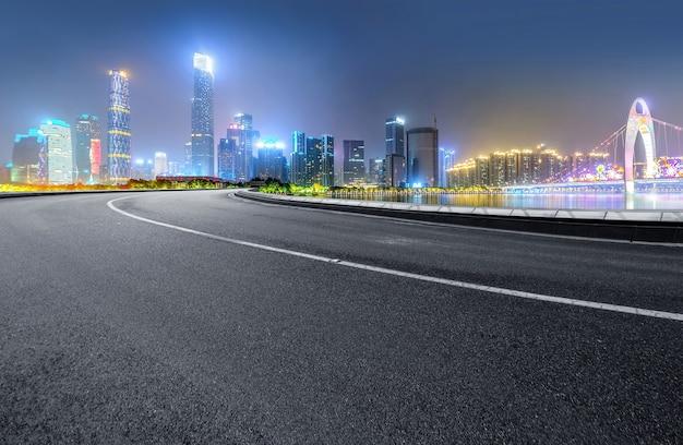 A via expressa e a skyline moderna da cidade estão em guangzhou, china.