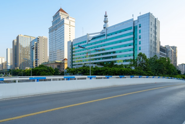 A via expressa e o horizonte moderno da cidade ficam em chongqing, china