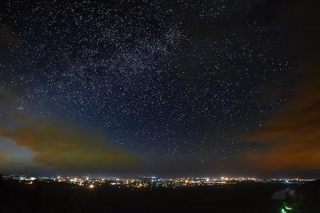 A via láctea do céu estrelado acima da cidade
