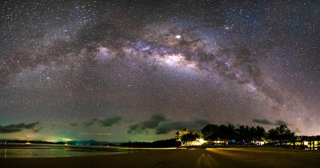 A via láctea e muitas estrelas no céu na noite escura.