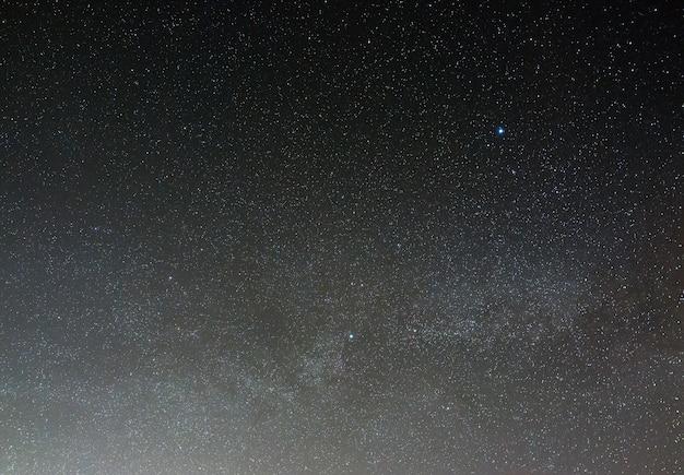 A via láctea no céu noturno