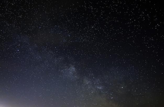 A via láctea no céu noturno.