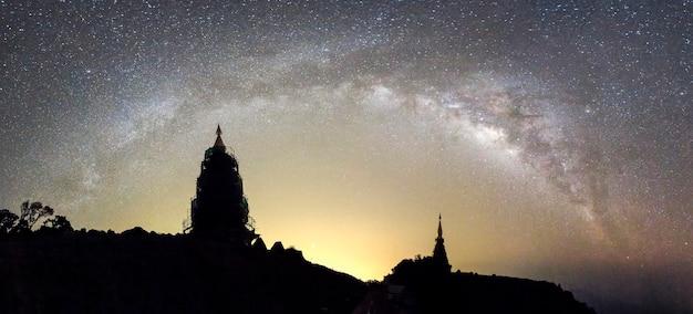 A via láctea sobe sobre os dois pagodes na montanha inthanon, chiang mai, tailândia