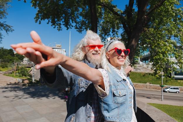 A vida é bela. belo casal encantado sorrindo enquanto aproveita a vida