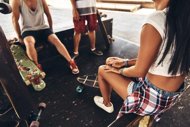 A vida é melhor com amigos. close de jovens modernos saindo juntos enquanto passam o tempo no parque de skate ao ar livre