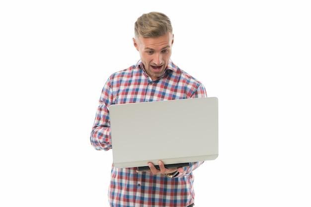 A vida é um jogo. homem surpreso joga o jogo online. jogador isolado no branco. o usuário de computador gosta de jogar em rede. negócio de desenvolvimento de jogos. mundo virtual. nova tecnologia. jogos e entretenimento.