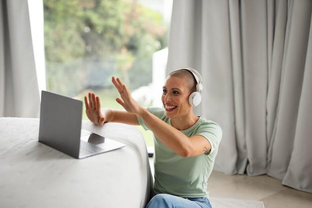 A vida em casa relaxando no computador